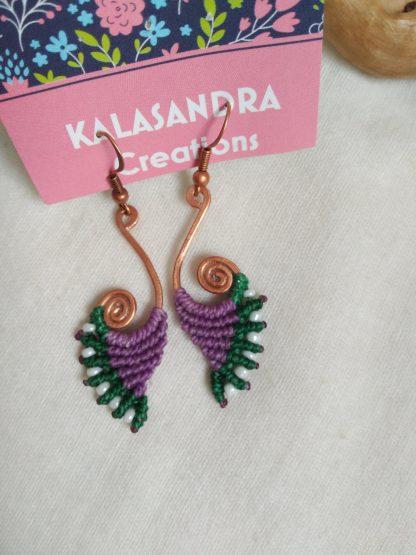 pendientes de macramé de mano púrpura y verde. Artesanal. Pendientes de macramé Bohochick