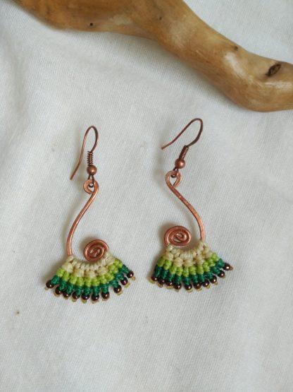 pendientes de macramé amarillo verde pálido. Diseño de cobre hecho a mano en espiral. Bohoearrings. Estilo Gitano. Bohochick