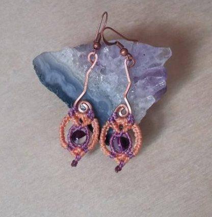 delicados pendientes de macramé de amatista. Diseño de cobre hecho a mano. Pendientes de amatista. Pendientes artesanales. Bohochick.