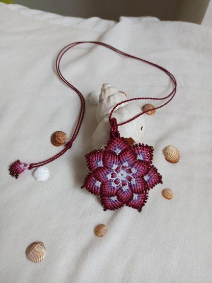 Hermoso collar de Mandala rojo hecho a mano en macramé